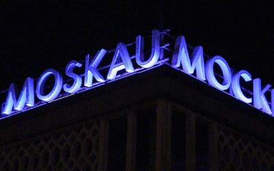 CAFE MOSKAU illuminiert