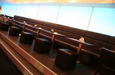 Berolina Bowling Lounge Berlin Bistrobereich mit LED Rückbuffet