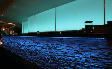 Berolina Bowling Lounge Berlin Barbereich mit LED Rückbuffet