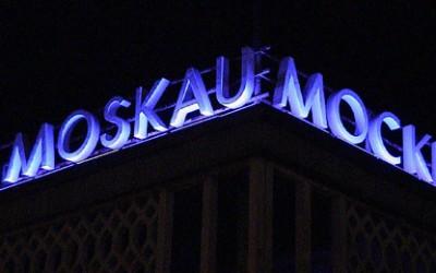 CAFE MOSKAU illuminiert